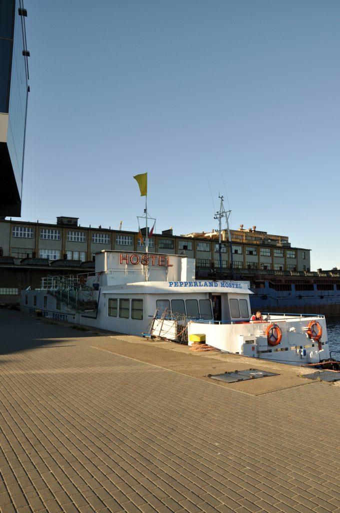 Hostel Pepperland tuż zaraz przy Sea Towers - za kajutę dwuosobową 110 zł ze śniadaniem - nieźle ;)
