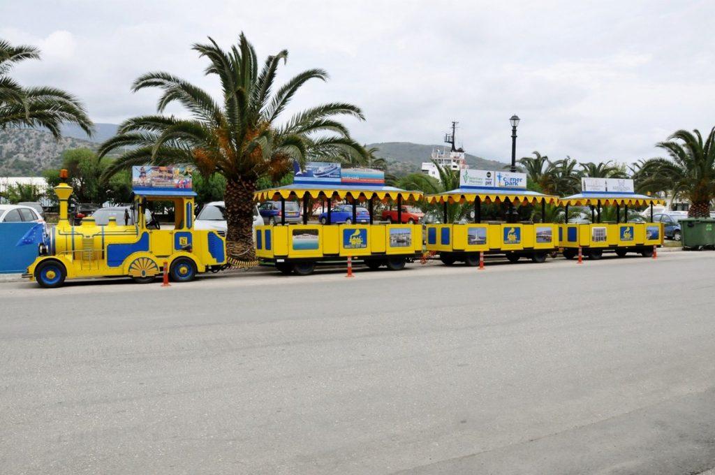 Możesz zwiedzić Argostoli ciuchcią, która przewozi turystów przez 20 minut płacąc za tą przyjemność 7 euro/osoby