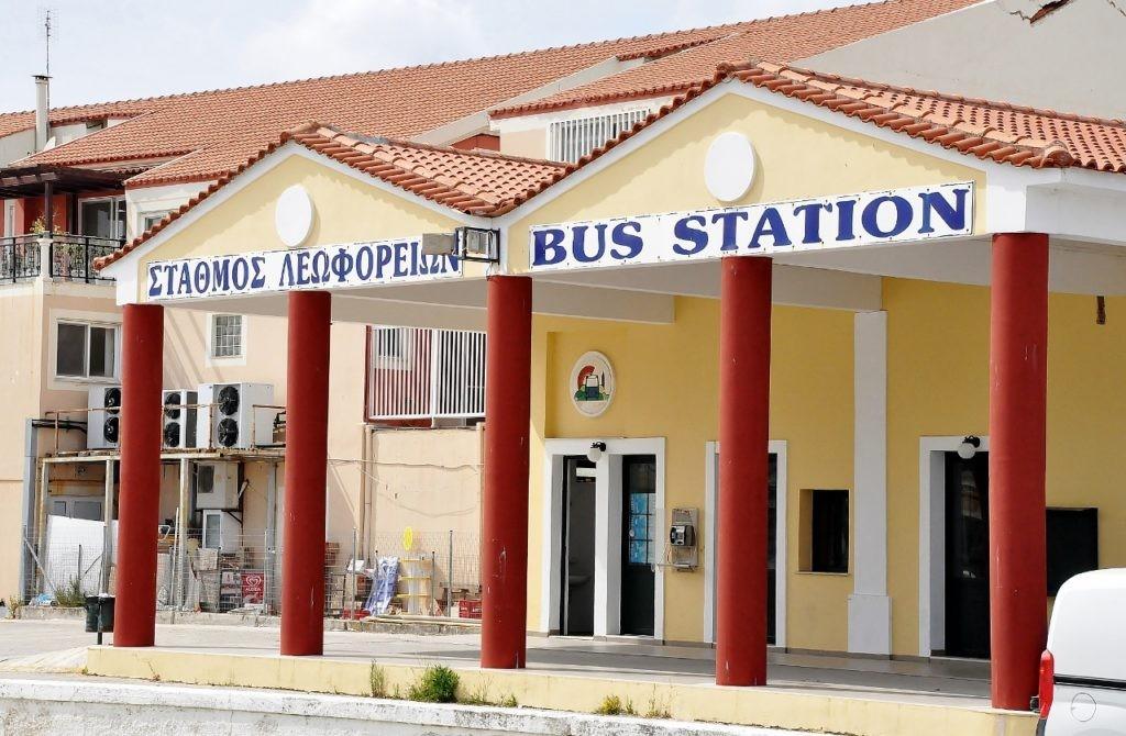 Główna stacja – KTEL do Patras i Aten. Oraz linia, która kursuje po półwyspie Paliki jeżdżąc od miasta do miasta, ale niezbyt często uczęszczana.