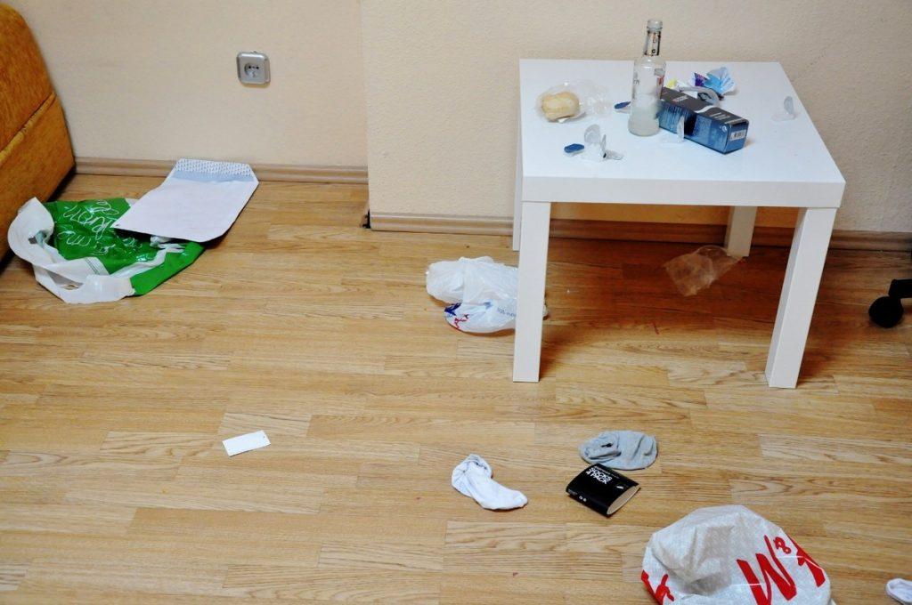 Zostawić bajzel w całym apartamencie łącznie z zużytymi gumkami za tapczanem